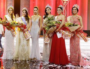 Siêu mẫu Hà Anh khoe vòng một nóng bỏng bên Hoa hậu Hoàn vũ 2005
