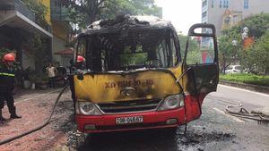 Xe buýt phát nổ, bốc cháy dữ dội trên đường Lạc Long Quân