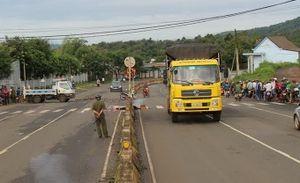 Phụ xe tử vong tại chỗ khi rơi từ nóc cabin xe tải xuống đất