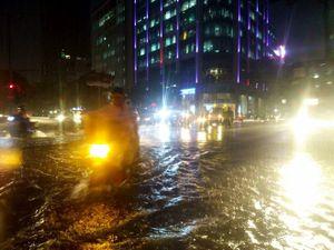 TP.HCM đang mưa cực lớn, bầu trời tối mịt mù, đường ngập nặng