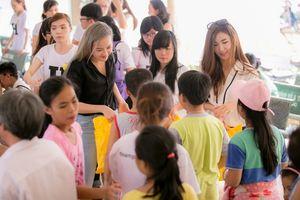 Phạm Hương dẫn học trò The Face đi từ thiện dịp cuối tuần
