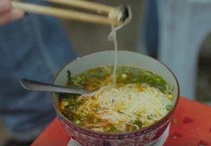 """Video: Đầu bếp Anthony Bourdain lại """"xuýt xoa"""" bún ốc Hà Nội"""