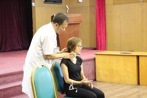 Sơ cứu cho người bị vật sắc nhọn cứa vào cổ, đứt mạch máu như thế nào?