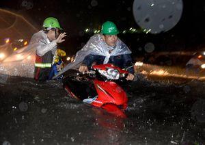 Người dân vật lộn với biển nước Sài Gòn trong mưa lớn