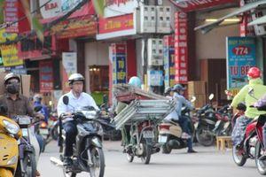 Xe chở tôn thênh thang trên phố: Lào, Campuchia không vậy...
