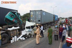 Ô tô đâm nhau kinh hoàng trên cầu Phú Mỹ