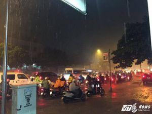 TP.HCM lại xuất hiện mưa lớn, đường biến thành sông