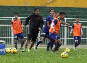 """Clip: Tuyển Việt Nam tìm """"vàng"""" AFF Cup dưới mưa"""