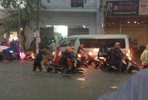 Trận mưa lớn nhất từ sau năm 1975 làm sân bay Tân Sơn Nhất ngập sâu 30cm