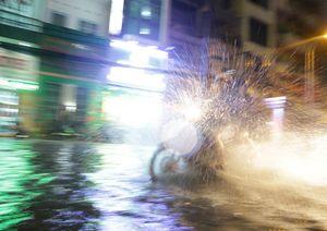 """Ngập lụt lịch sử, TP. HCM điều số lượng """"khủng"""" Cảnh sát PCCC giúp người dân"""