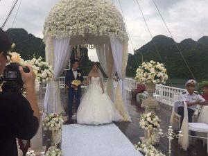 Xôn xao bộ ảnh Hương Giang Idol mặc váy cưới bên 'chú rể lạ'