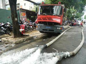 Trắng đêm chờ cứu hàng nghìn xe máy bị nhấn chìm ở Sài Gòn