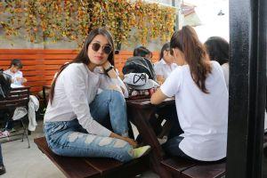 Á hậu Lệ Hằng đi phát cơm từ thiện tại Nha Trang