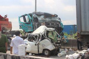 Xe tải bị vò nát sau tai nạn liên hoàn, tài xế chết thảm