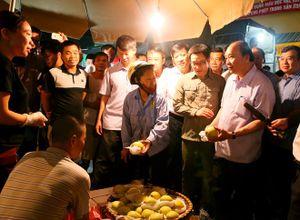 """Thủ tướng """"vi hành"""" kiểm tra vệ sinh thực phẩm tại chợ Long Biên"""