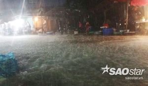 Cả khu chợ bị nhấn chìm trong biển nước khi Sài Gòn tiếp tục mưa lớn