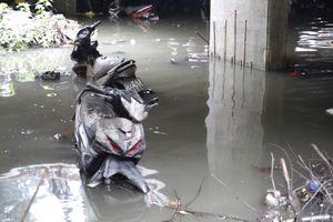 Xe máy chìm lổn ngổn ngay trung tâm Sài Gòn sau cơn mưa 'lịch sử'