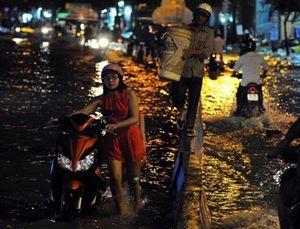[Ảnh]: TP HCM lại ngập sau trận mưa lớn chiều nay