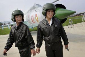 Người dân Triều Tiên phấn khích với màn trình diễn nhảy dù quân sự