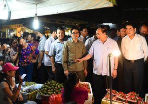 """Chuyện gây """"sốc"""" trong tuần: Thủ tướng đi chợ, nhà khoa học mở """"Tour du lịch Formosa"""""""
