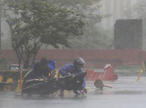 Muôn kiểu người dân chống chọi với siêu bão