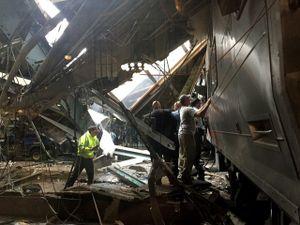Tàu hỏa Mỹ tông sập mái nhà ga, hơn 100 người bị thương