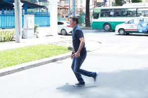 Đàm Vĩnh Hưng lao nhanh ra đường giúp hai cô gái trẻ bị té xe