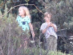 Cặp song sinh của Jolie-Pitt vui đùa trong biệt thự đi thuê
