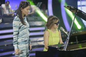 Trang Pháp sành điệu ngồi đệm đàn cho Thu Minh hát