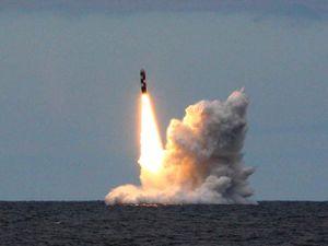 Hoành tráng cảnh tàu ngầm Nga phóng 2 tên lửa đạn đạo