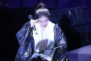 Phạm Hương bật khóc khi tập hát