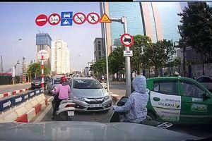 Ô tô, xe máy nối đuôi nhau đi ngược chiều trên cầu vượt Hà Nội