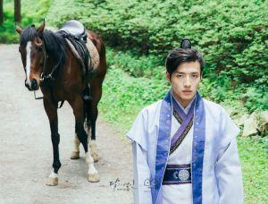 """Hình ảnh này khiến các """"thánh soi"""" dự đoán IU sắp đồng ý làm vợ Lee Jun Ki"""