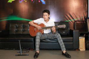 Hương Giang Idol gợi cảm hướng dẫn Quang Đăng tập hát