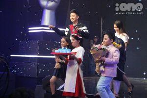 HLV The Voice Kids đua nhau tặng kẹp tóc điệu đà cho Vũ Cát Tường