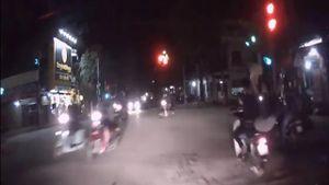 Nam thanh niên đánh rơi bạn gái khi tăng ga vượt đèn đỏ