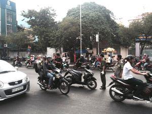 Bị người lạ mặt chém gần lìa cánh tay trên đường phố Sài Gòn