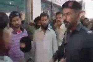 Clip: Cảnh sát tát nữ nhà báo khiến người dân bức xúc