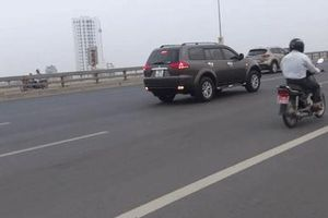 Hành động 'ngược đời' của tài xế ô tô khiến cả đường nóng mắt
