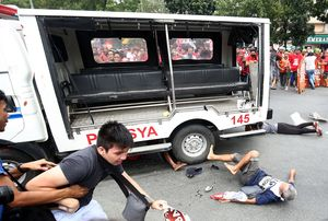 Xe cảnh sát đâm người biểu tình Philippines vào top ảnh tuần