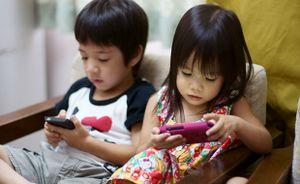 Trẻ em được phép tiếp xúc máy tính, điện thoại bao lâu là đủ?