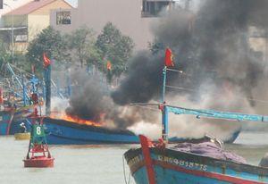 Hỏa hoạn thiêu rụi một chiếc tàu câu mực trị giá hơn 4 tỷ đồng