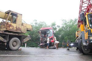 Hai xe khách tông nhau, kéo lê trên đường Hồ Chí Minh