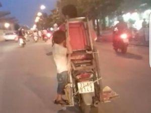 'Toát mồ hôi' với hình ảnh cậu bé đu mình trên xe máy