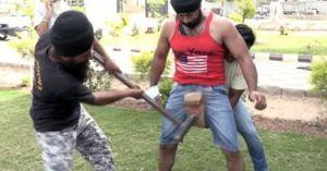 'Người thép' Ấn Độ cho dùng búa đập liên tiếp vùng kín