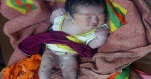 Bé gái sơ sinh chưa cắt rốn bị bỏ rơi trong chòi cao su