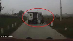 Quên chốt cửa, xe thùng biển xanh hất 2 người phụ nữ văng xuống đê
