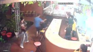 Thanh niên xăm trổ đi gây sự trong quán karaoke gây xôn xao dư luận