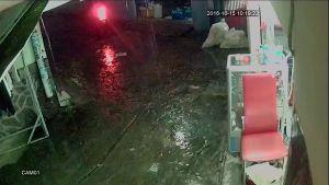Tên cướp táo tợn xông vào cửa tiệm uốn tóc ở Sài Gòn giật điện thoại của khách