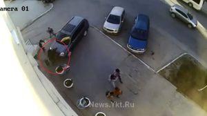 Bị Nissan X-Trail đâm dính vào tường, 2 cô gái suýt chết